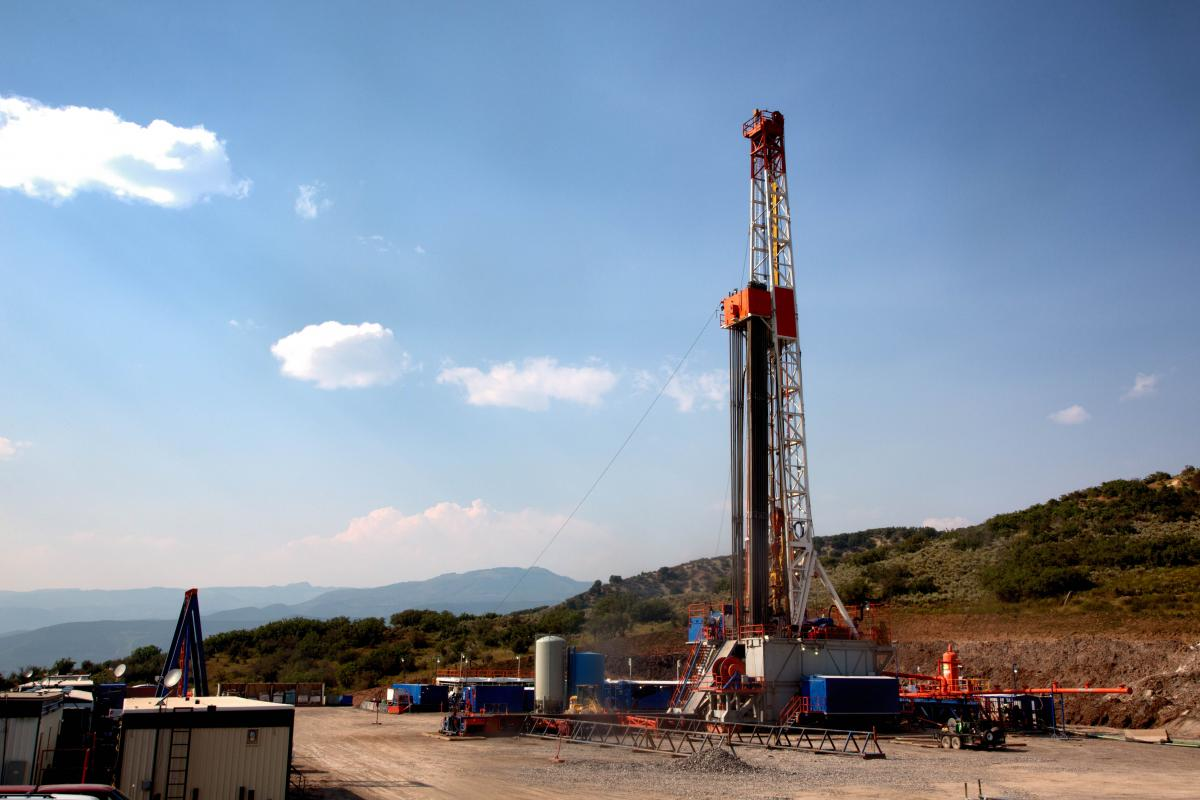 gas-drilling-rig-in-mountains